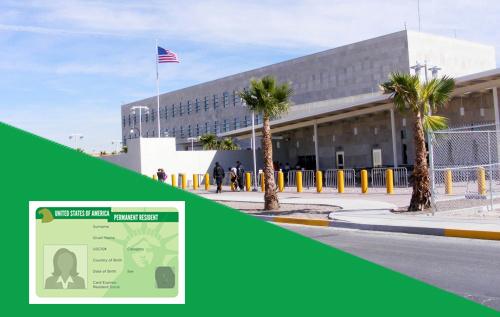 Fotografía del Consulado Americano de Ciudad Juárez, con una imagen de una Green Card encima.