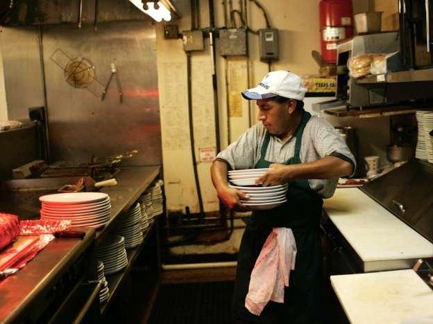 Migrante trabajando en un restaurante en EUA